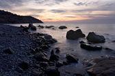 Amanecer en la costa del mar negro, las montañas de crimea — Foto de Stock