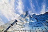 天空和云对摩天大楼外立面 — 图库照片
