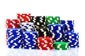 Stosy żetonów pokerowych na białym tle — Zdjęcie stockowe
