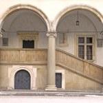 klassische architektonische spalte. königsschloss wawel, cracow. polen — Stockfoto