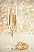 Champagne in the glass on the background bokeh — Stockfoto