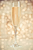 Champagne in the glass on the background bokeh — 图库照片