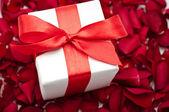 Caixa de presente branca com fita vermelha — Foto Stock