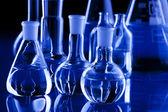 Laboratorieartiklar av glas i blått — Stockfoto