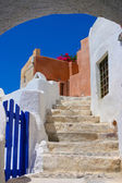 Beautiful blue sky and old staircase in Santorini — Stock Photo