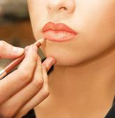 Tillämpa läpparna kontur — Stockfoto