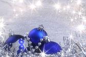 Srebrny kartki świąteczne z niebieski ozdoby — Zdjęcie stockowe