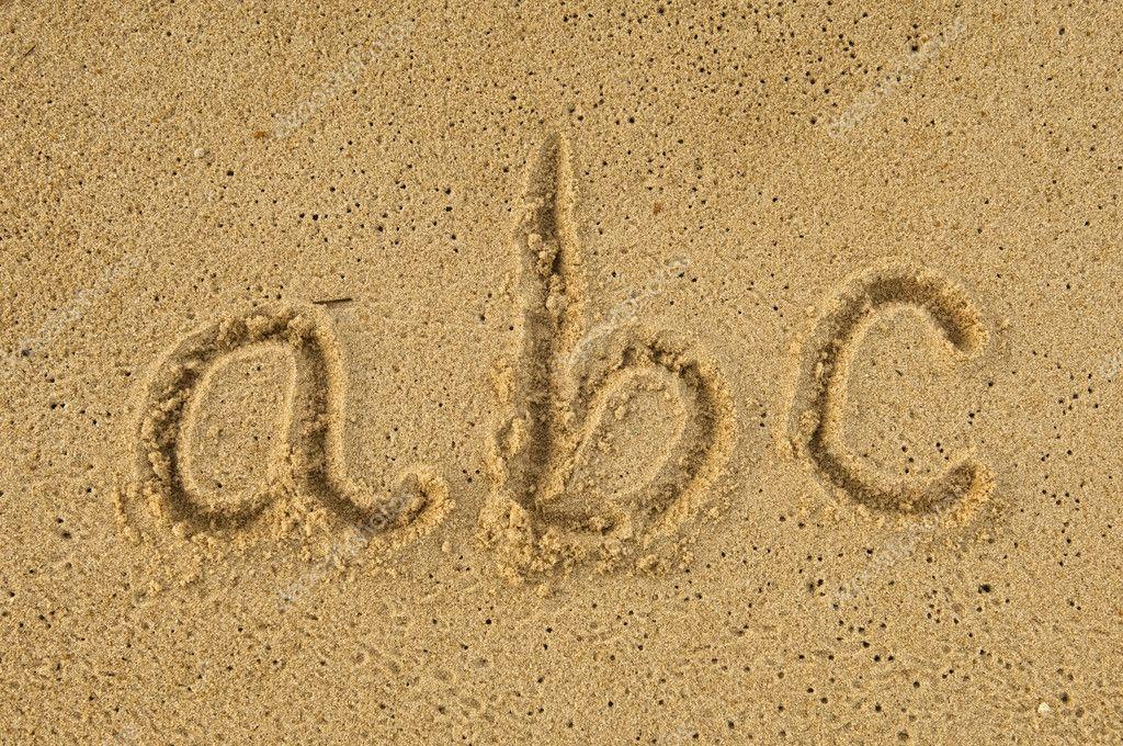 Letras del alfabeto manuscritas en arena de playa foto for Arena de playa precio