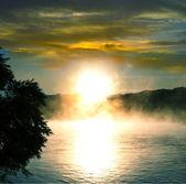 Göl günbatımı üzerinde — Stok fotoğraf