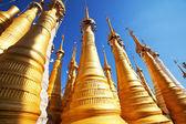 Boeddhistische stoepa's in myanmar, inlemeer — Stockfoto