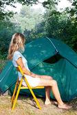 Garota descansando no camping — Foto Stock