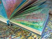 Ppened vecchio libro atlante sulla mappa diffusione — Foto Stock