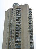 Velhos apartamentos multi altos construção sobre céu — Foto Stock