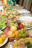 Mesa llena de comida sabrosa — Foto de Stock