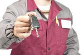 Meccanico dando una chiave di auto — Foto Stock