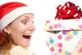 Blij verrast vrouw openen gift van kerstmis — Stockfoto