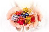 Małe prezenty w dłoniach ręce — Zdjęcie stockowe