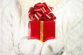 De gift van kerstmis in palmen van de handen — Stockfoto