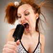 Housewife singing with a hairbrush — ストック写真