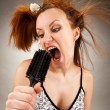 Housewife singing with a hairbrush — Stok fotoğraf
