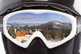 スノーボーダーが山を見て — ストック写真