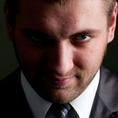Vážný podnikatel hledá pro vás — Stock fotografie