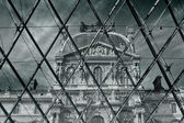 Louvre museum, view through the pyramid at the entrance to the museum — Stock Photo