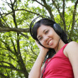 Woman listening to music — Stockfoto