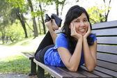 Donna su una panchina — Foto Stock