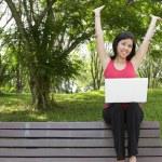 vrouw met laptop — Stockfoto #4148211