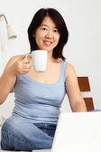 コーヒーを飲んでいる女性 — ストック写真