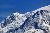 Bella innevata cima di una montagna nelle alpi — Foto Stock