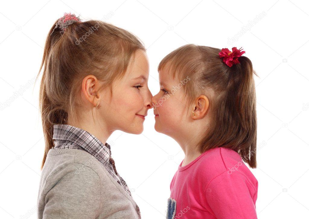 dve-yunnih-lezbiyanki
