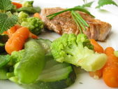 Vegetales al vapor con chuleta de cerdo — Foto de Stock
