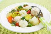 Suppe mit Huhn-Frikadellen und Blumenkohl — Stockfoto