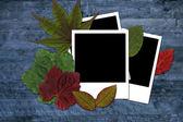 Foto y hojas sobre un fondo de madera — Foto de Stock