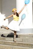 Girl dancing with baloon outdoor — Stockfoto