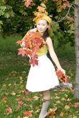Chica caminando en el parque otoño — Foto de Stock