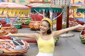 快乐的小女孩走在游乐园 — 图库照片