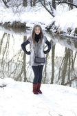 Niña sonriente caminando en el bosque de invierno — Foto de Stock