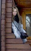 Flicka stående på en veranda — Stockfoto
