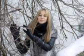 Menina andando na floresta de inverno — Foto Stock