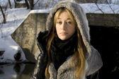 Wandelen in de winter forest meisje — Stockfoto