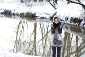 Lachende meisje wandelen in winter woud — Stockfoto