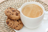 Chocolate chip cookies on saucer with coffee — Stock Photo