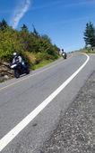 Dos motociclistas por un camino de montaña — Foto de Stock
