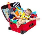 Niño en maleta de viaje lleno de vacaciones — Foto de Stock