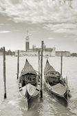 Dos góndolas en el san marco canal e iglesia de san giorgio maggiore en venecia, italia. — Foto de Stock