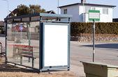 Fermata dell'autobus con segno bianco — Foto Stock
