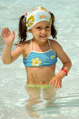Criança acenando na piscina — Foto Stock